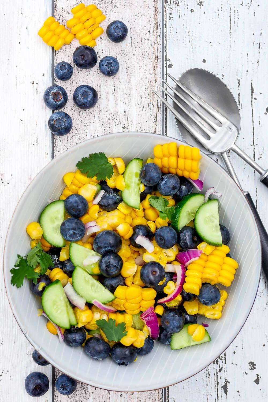 Mein schneller und gesunder Sommersalat mit Mais, Heidelbeeren, Salatgurke, Koriander und einem schnellen Limettendressing - Gaumenfreundin Foodblog