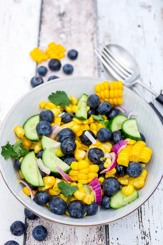 Mais-Salat mit Heidelbeeren - eine fruchtige Grillbeilage
