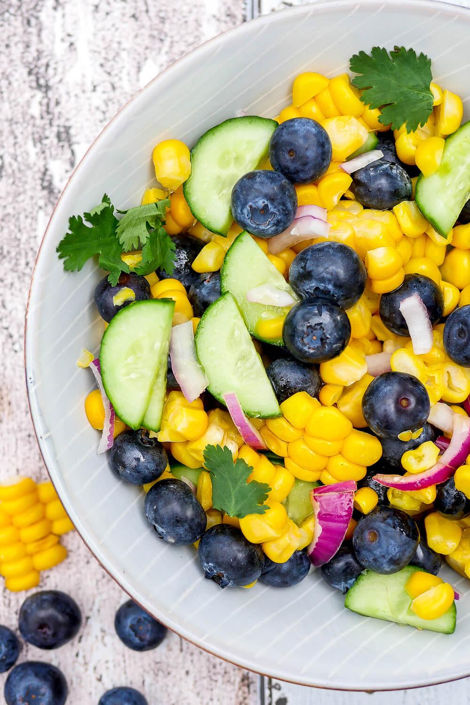 Salat mit Heidelbeeren, Mais, Gurken und Koriander - perfekt für den gesunden Start in den Frühling