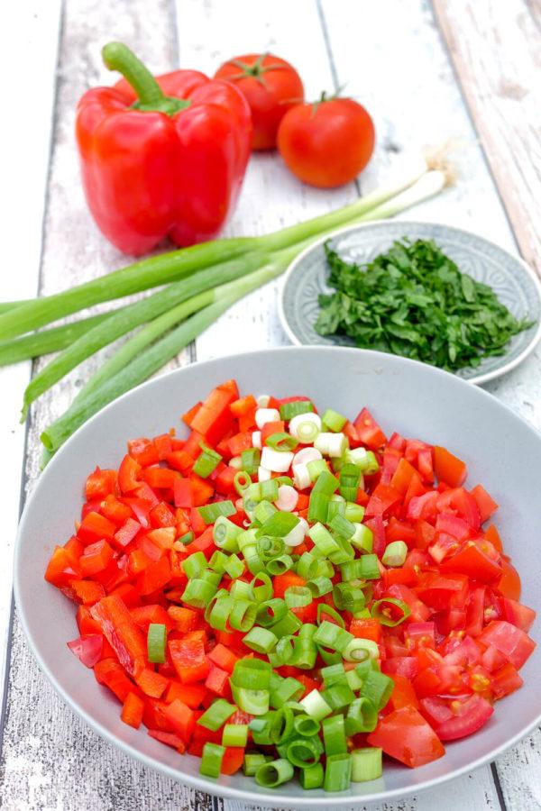 Tomaten, Paprika und Frühlingszwiebeln in der Schale