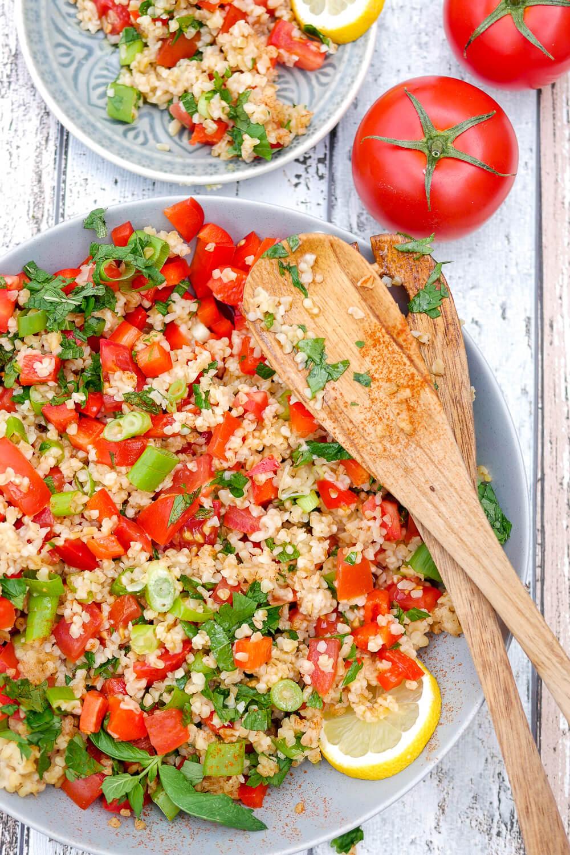 Der erfrischende Bulgursalat mit Petersilie und Tomaten gehört zu meinen liebsten Grillbeilagen