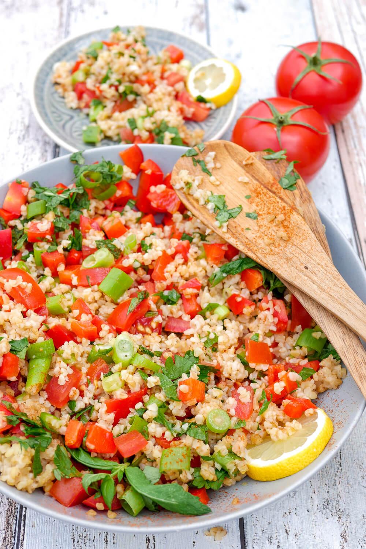 Taboulé: Ein schneller und erfrischender Bulgursalat mit Petersilie, Minze, Paprika, Frühlingszwiebeln und Tomaten