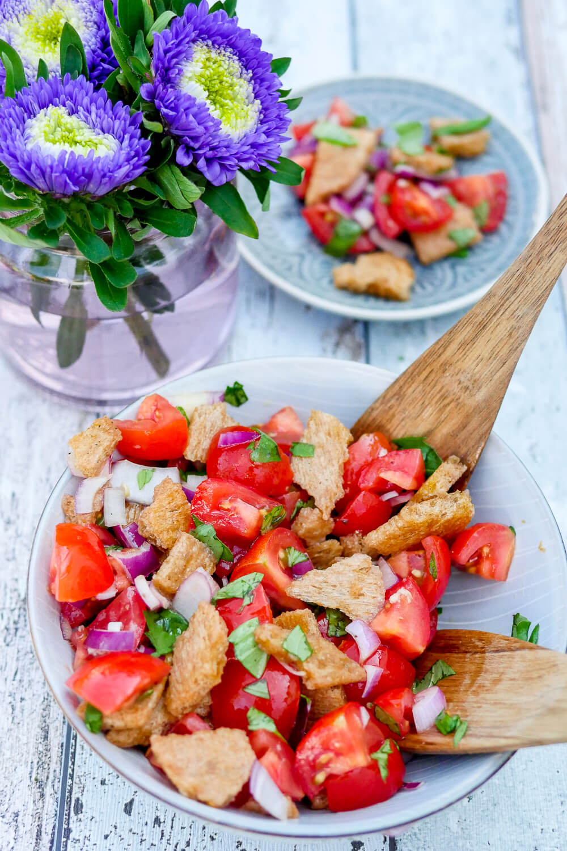 Brotsalat mit Knäckebrot - knusprig, knackig, aromatisch, schnell gemacht und der perfekte Salat zur Tomaten-Saison