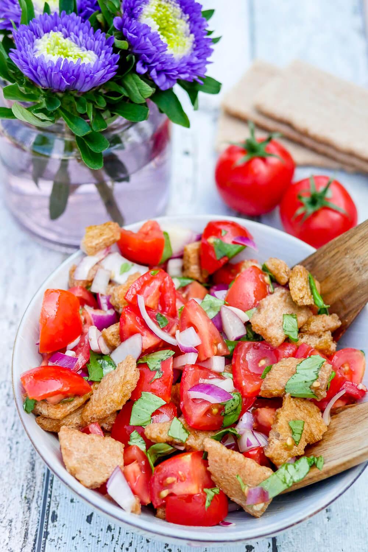 Schneller, aromatischer Brotsalat mit Tomaten, Knoblauch, Olivenöl und Knäckebrot