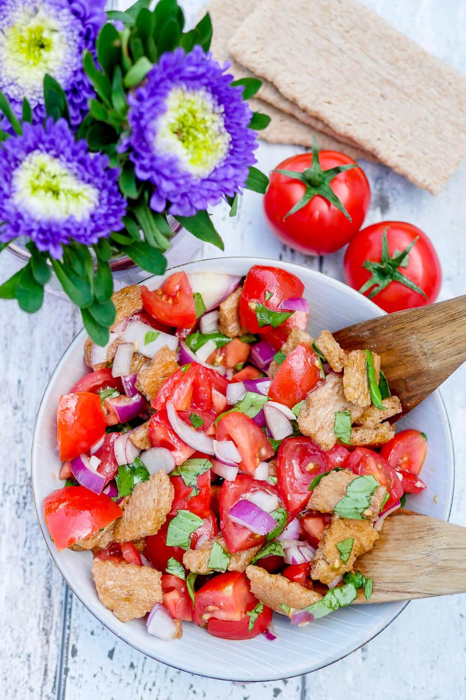 Schneller Brotsalat mit Knäckebrot und aromatischen Tomaten - der perfekte Salat zum Grillfest