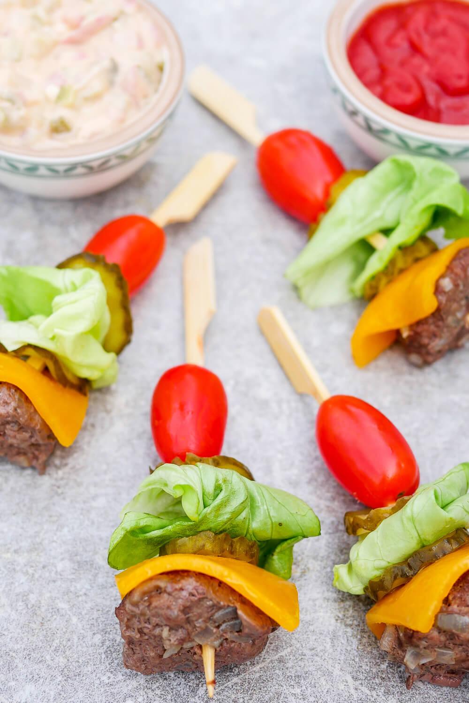 Low Carb Burger-Spieße mit Hackbällchen, Cheddar, Tomaten und Gurken - ein schnelles Fingerfood-Rezept