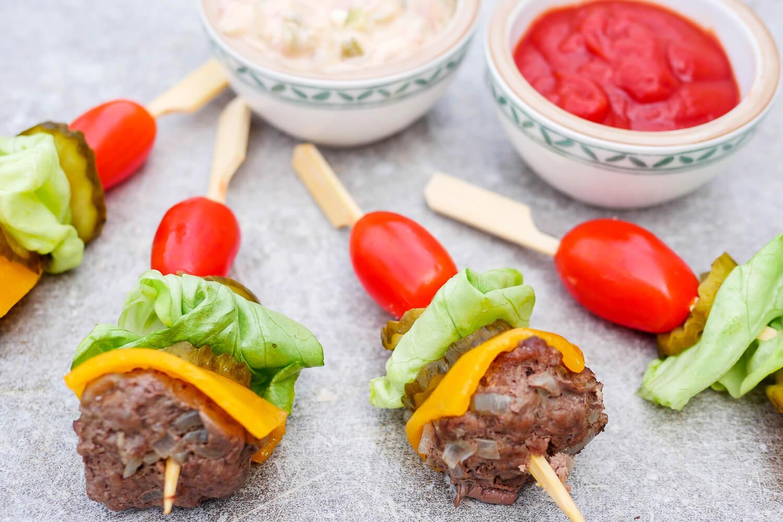 Schnelle Low Carb Hamburger-Spieße - gesundes Fingerfood für die Party