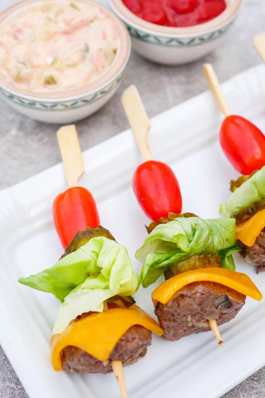 Schnelles Rezept für Low Carb Burger-Spieße mit knallermäßig leckerer Big Mac Sauce
