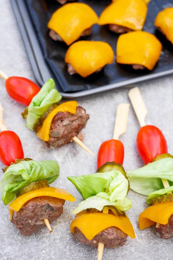 Low Carb Burger Spieße mit Hackfleisch, Käse, Salat und Tomaten am Holzspieß