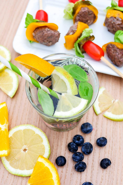 Inflused Water mit Zitrone, Orange, Basilikum und Heidelbeeren