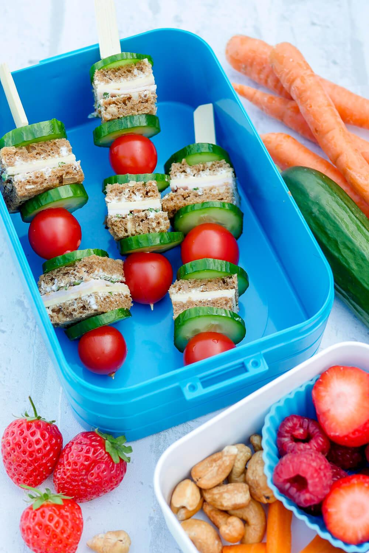 Schnelle und gesunde Brotspieße mit Kräuterquark, Käse, Hähnchen, Tomaten, Kresse und Gurken für die Kindergarten Brotdose