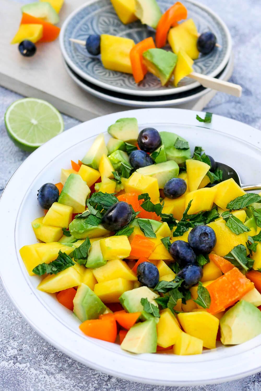 Mangosalat mit Avocado, Paprika, Heidelbeeren und Minze - ein erfrischender Sommersalat, der in 10 Minuten zubereitet ist