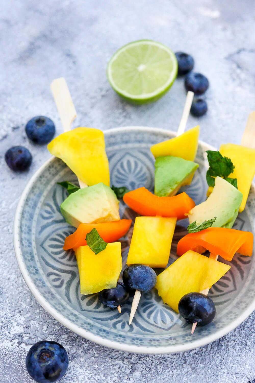 Fruchtspieße für Kinder mit Mango, Paprika, Avocado, Heidelbeeren und Minze