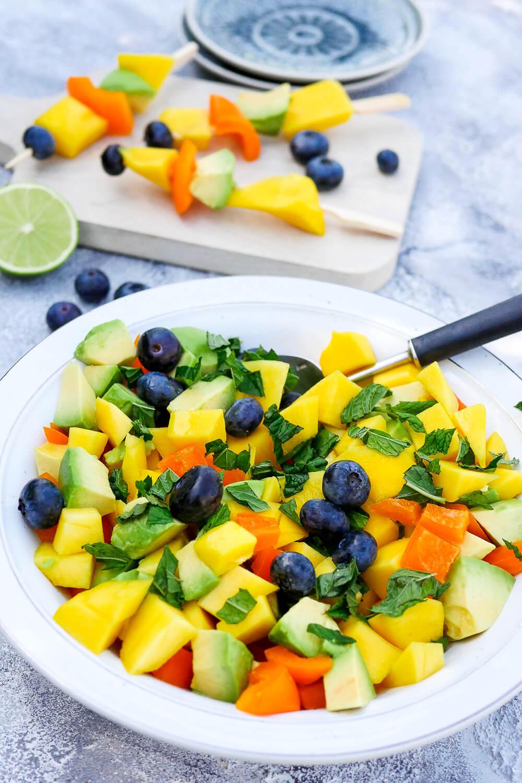 Sommerlicher Fruchtsalat mit Avocado, Mango, Paprika und Heidelbeeren