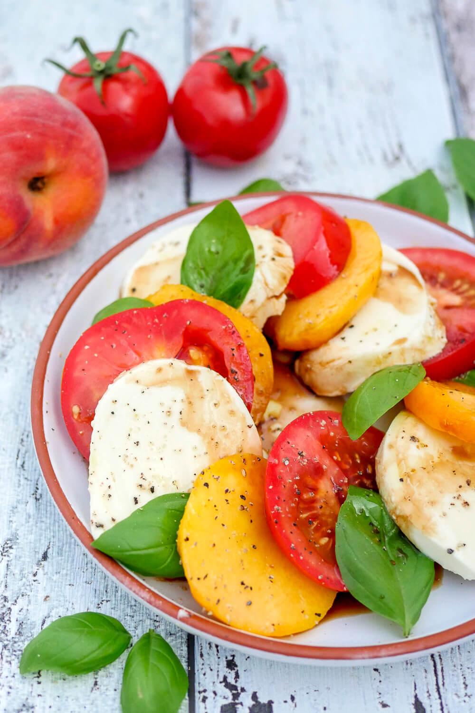 Fruchtig-frischer Sommersalat - Der Caprese-Salat mit fruchtigem Pfirsich schmeckt herrlich frisch und ist in 10 Minuten zubereitet