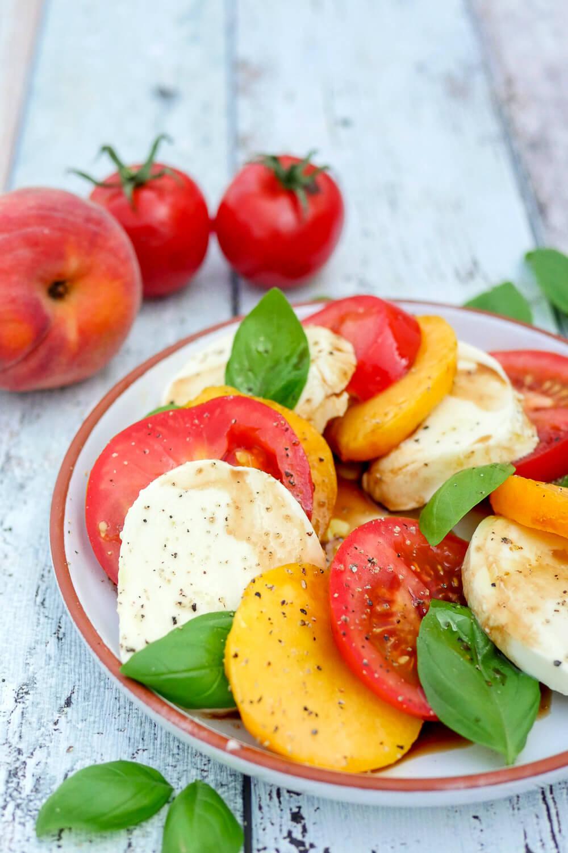 Peach Caprese Salad - der wunderbar fruchtige Sommersalat mit Pfirsich und Tomaten ist in nur 10 Minuten zubereitet