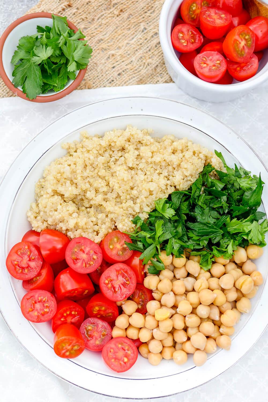 Vegetarischer Tomaten-Quinoasalat mit Petersilie, Kichererbsen und Tomaten - ein erfrischender Meal Prep Salat