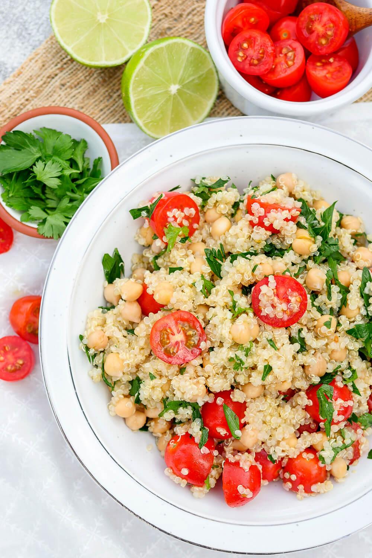 Meal Prep Salat - der vegane Tomaten-Quinoasalat mit Kichererbsen ist perfekt zum Mitnehmen ins Büro geeignet