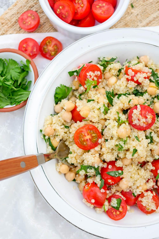 Schneller Quinoasalat mit Kichererbsen, Tomaten, Petersilie und einem erfrischenden Limettendressing