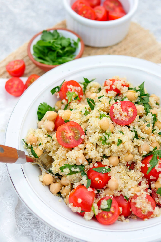 Gesundes Mittagessen im Büro: Quinoasalat mit Tomaten, Kichererbsen und Limettendressing