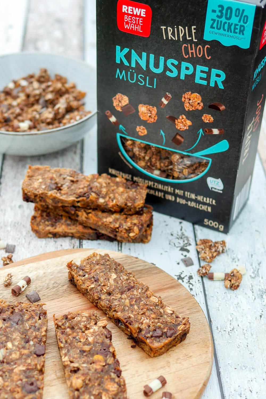REWE Triple Choc Knuspermüsli mit 30 % weniger Zucker und schokoladige Müsliriegel