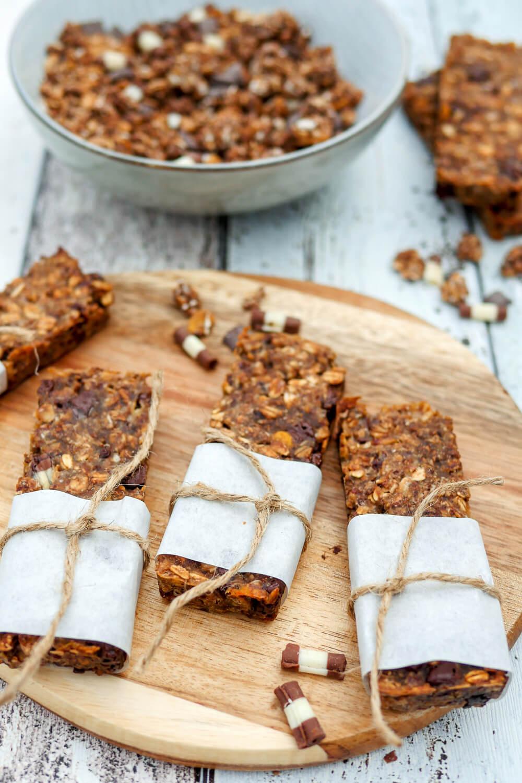 Meine liebsten Schokoriegel mit nur 4 Zutaten - ein schneller und leckerer Snack aus Schokomüsli, Mehl, Apfelmark und Ahornsirup