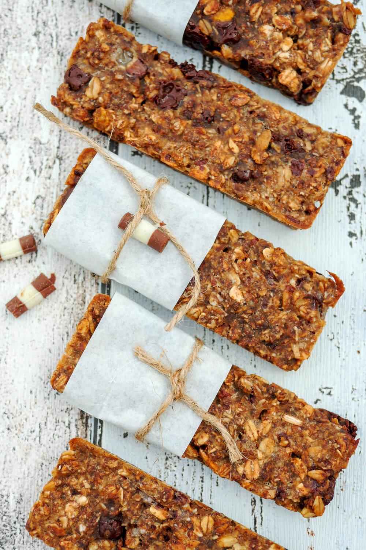 Schnelle Schoko-Müsliriegel mit 4 Zutaten - ein leckerer Snack für Zwischendurch und eine tolle Idee für das Picknick im Park