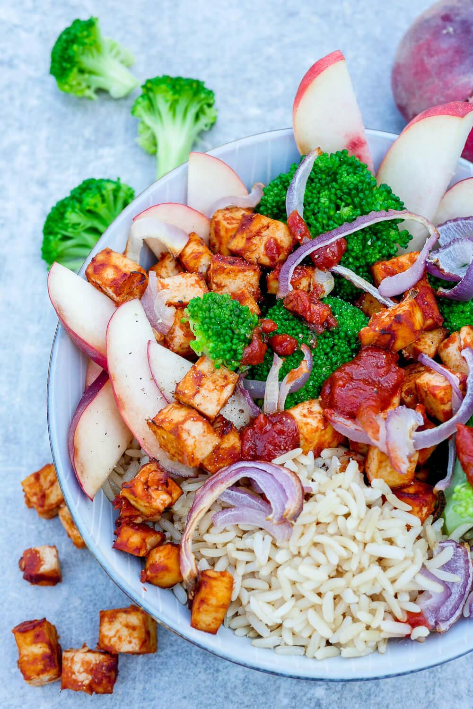 Ganz schnelle BBQ Tofu-Bowl mit gebackenem Tofu, Brokkoli, Pfirsich, Zwiebeln und Naturreis