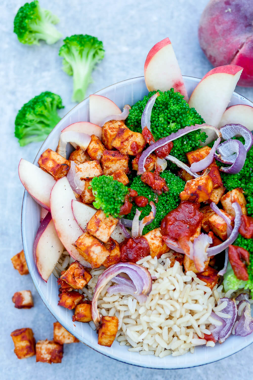 Schnelles Bowl-Rezept - BBQ Tofu-Bowl mit Brokkoli, Zwiebeln, Pfirsich und Reis - ihr braucht nur 6 Zutaten für das schnelle Tofu-Rezept