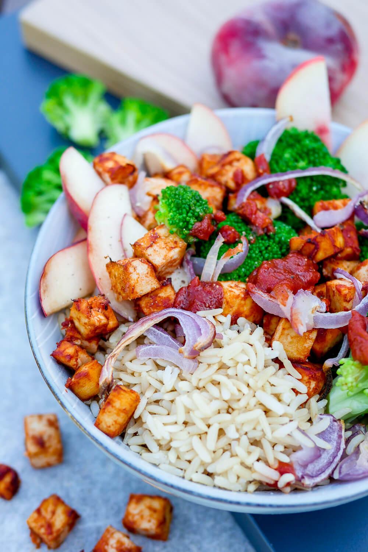 Tofu-Bowl mit 6 Zutaten - ganz einfache und schnelle BBQ-Tofu-Bowl mit Brokkoli und Pfirsich