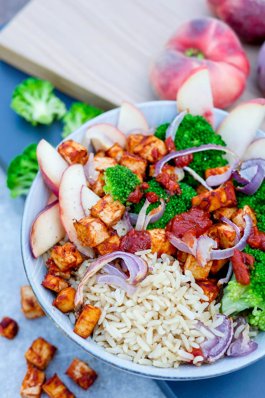 Einfaches Rezept für schnelle Mealp Prep Bowl - eine gesunde Tofu-Bowl für das Mittagessen im Büro oder als schnelles Feierabend-Rezept