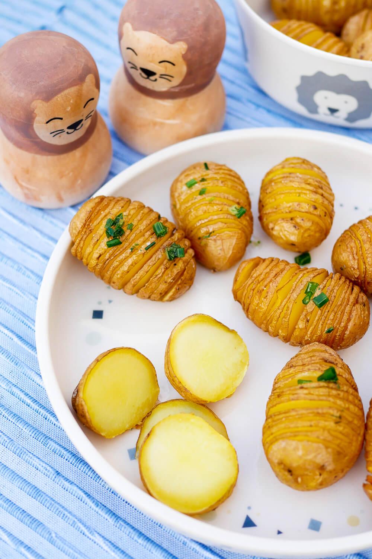 Ofenkartoffeln für Kinder - eine leckere Kartoffel-Beilage mit Kartoffeln, die in Fächer geschnitten werden