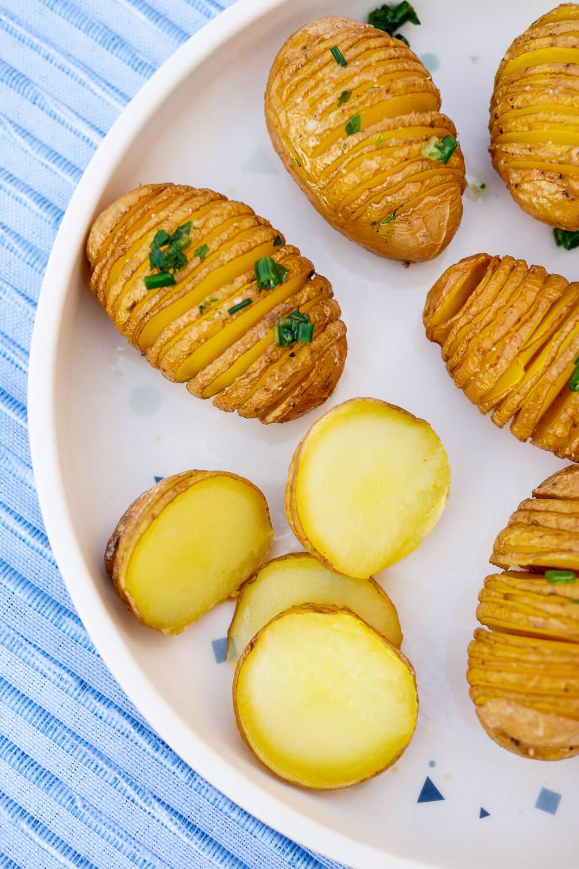 Fächerkartoffeln mit 3 Zutaten - ein einfaches und schnelles Grundrezept für die beliebten Hasselback Kartoffeln