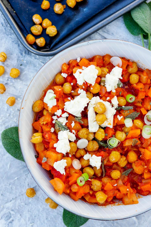 Vegetarische Kichererbsen-Bolognese mit Feta, Kohlrabi, Möhren und Tomaten - ein gesundes Bolognese-Rezept für die ganze Familie