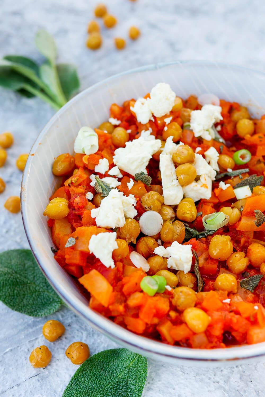 Vegetarische Bolognese mit gerösteten Kichererbsen, Möhren, Kohlrabi und Feta - ein leckeres Soulfood Rezept die die ganze Familie