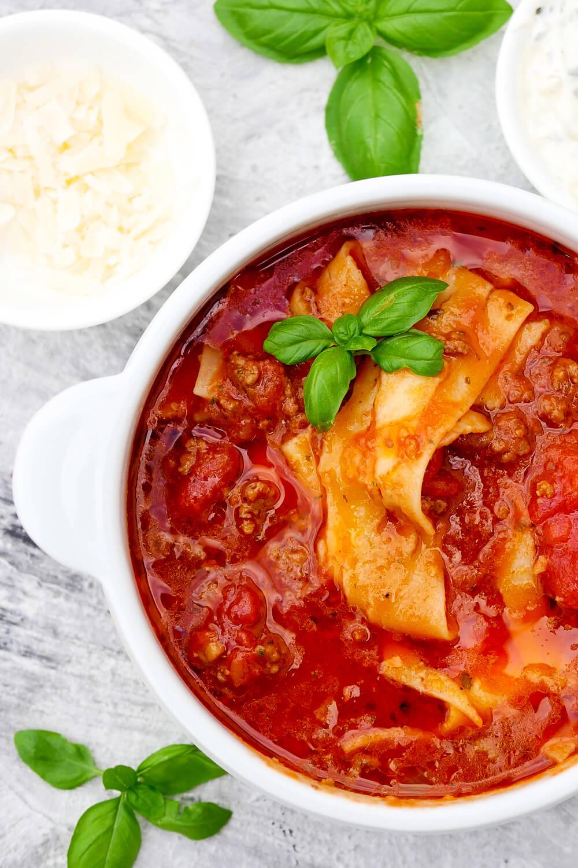 Schnelle One Pot Lasagne-Suppe. Die leckere Suppe schmeckt Kindern richtig gut und ist perfekt für das schnelle Mittagessen geeignet