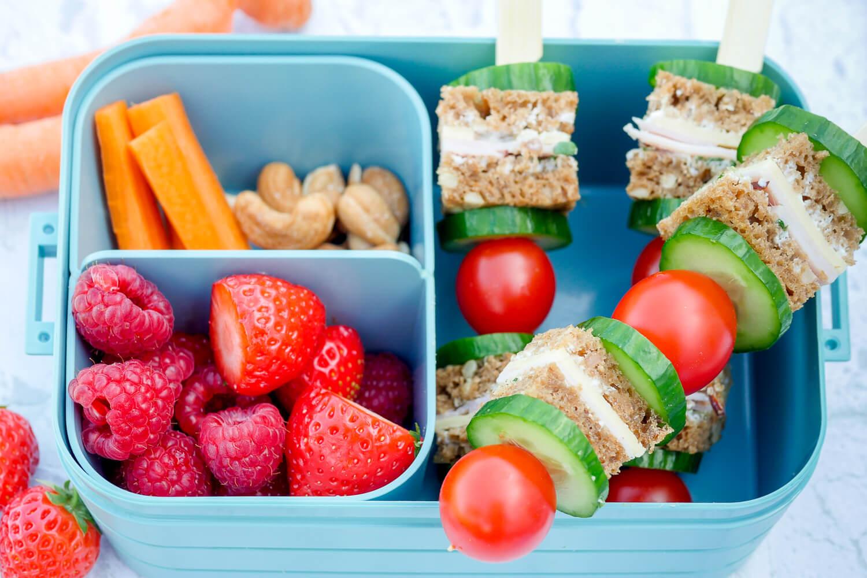 Rezept für die gesunde Lunchbox für Kinder mit Brotspießen, Obst, Gemüse und Nüssen