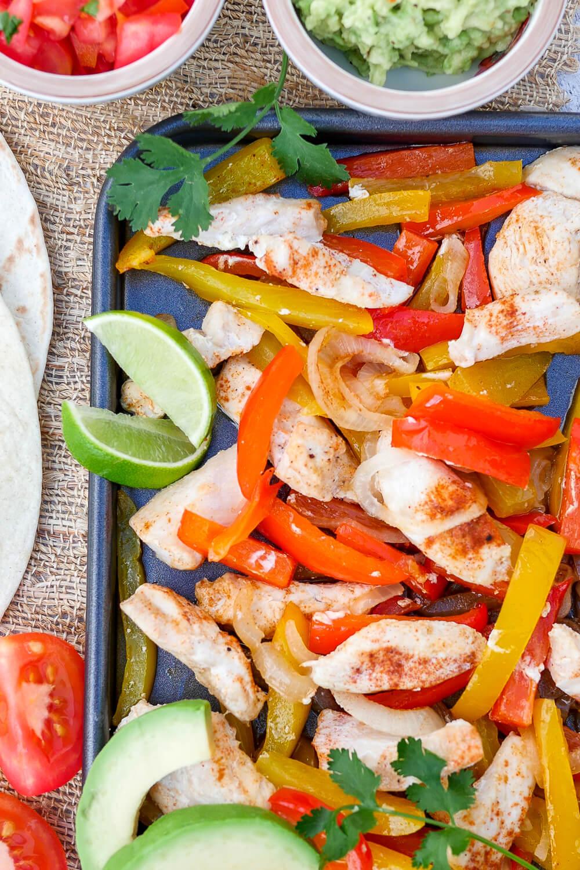 Hähnchen-Fajitas vom Blech mit Paprika, Zwiebeln und Koriander - ein schnelles Feierabend-Rezept für die ganze Familie