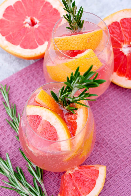 Alkoholfreier Cocktail mit Grapefruit und Rosmarin im Glas