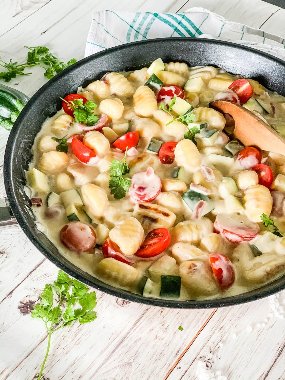 Gnocchi-Gemüse-Pfanne mit Tomaten und Zucchini - ein schnelles und gesundes Rezept für die ganze Familie
