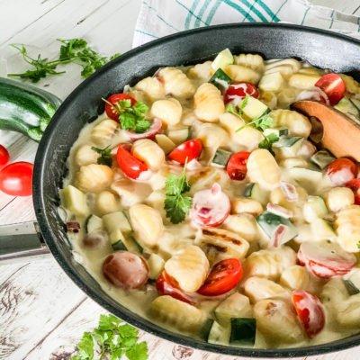 Schnelle Gnocchi-Gemüse-Pfanne mit Zucchini, Tomaten und Frischkäse