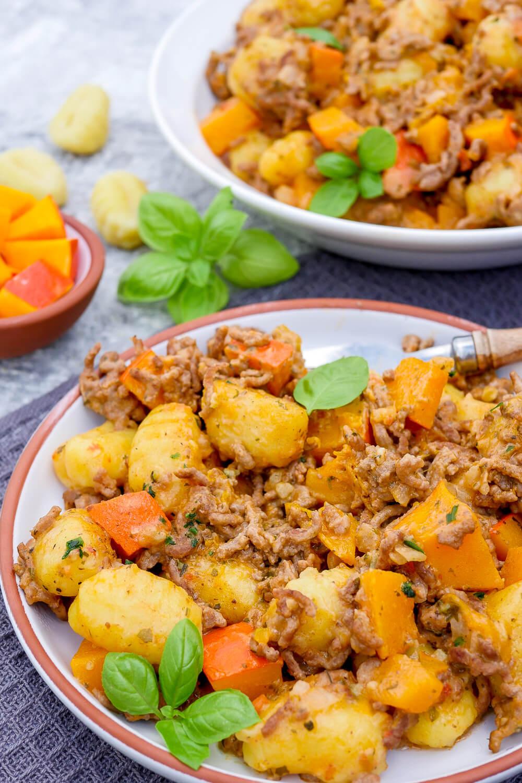 Kürbis mit Hackfleisch, Gnocchi und Tomatensauce - ein schnelles und einfaches One Pot Rezept für den Herbst / Winter