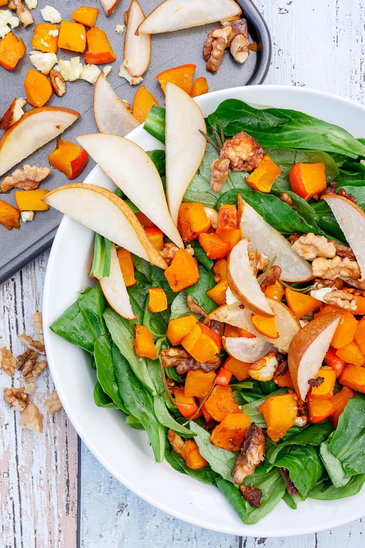 Einfacher Kürbissalat mit Birne, Walnüssen und Feta - ein schnelles und leckeres Herbstrezept