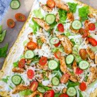 Low Carb Dönerrolle mit Gurken, Krautsalat, Hähnchen, Tomaten und Tzatziki auf Backpapier