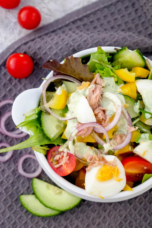 Schneller und gesunder Thunfischsalat mit Eiern, Gurke, Paprika, Tomaten und einem einfachen Basilikum-Dressing für 0 SmartPoints aus der WW App