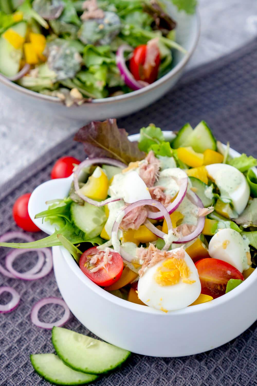 Thunfischsalat mit Eiern, Tomaten, Paprika, Gurken und Basilikumdressing aus der WW App