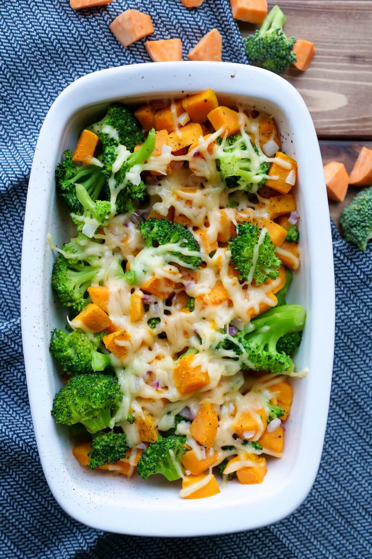 Ganz einfacher Brokkoliauflauf mit Süßkartoffeln, Zwiebeln und Käse - ein gesundes Feierabendrezept mit nur 4 Zutaten