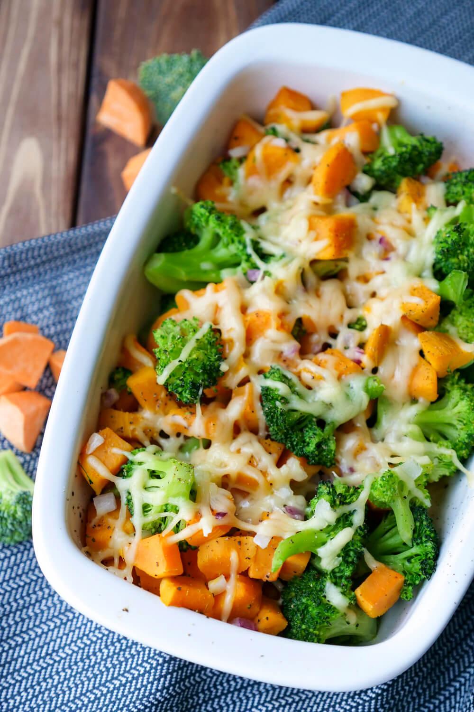 Einfacher Brokkoliauflauf mit Süßkartoffeln, Zwiebeln und Käse - ein beliebtes Kinderrezept mit frischen Zutaten