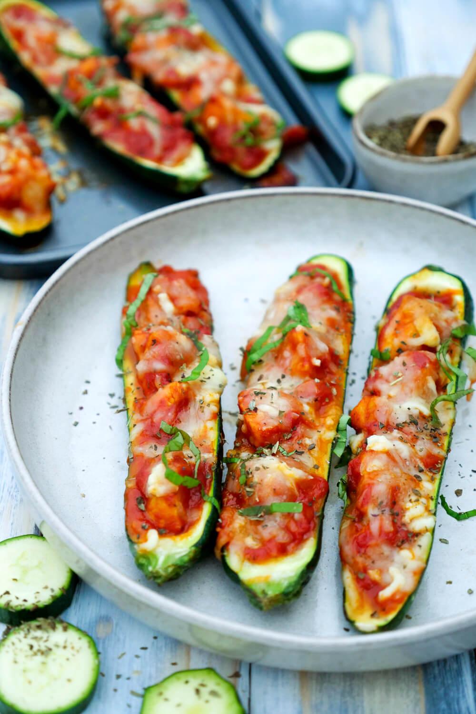 Gefüllte Zucchini mit Hähnchen, Parmesan, Tomatensauce und Mozzarella - ein schnelles Low Carb Rezept