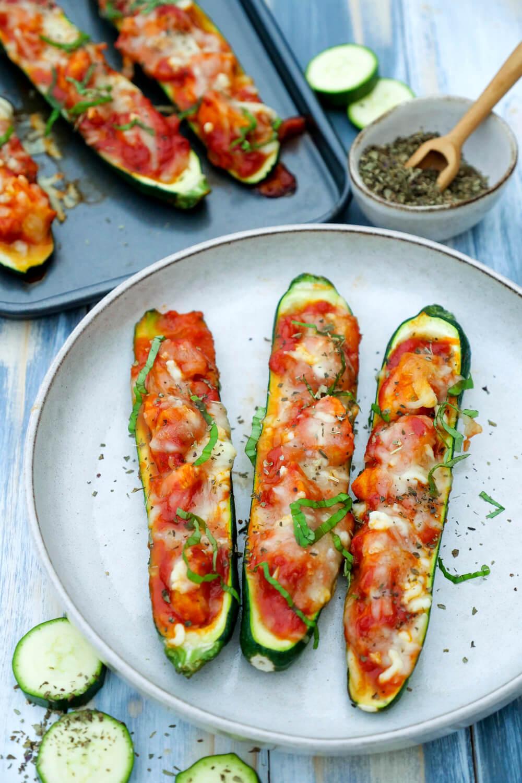 Schnelle gefüllte Zucchini mit einer Parmesan-Tomaten-Sauce und Hähnchen - ein Low Carb Feierabend-Rezept